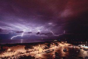 Pludmales skats vētras laikā
